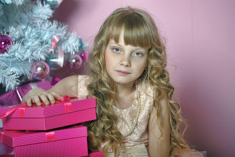 Muchacha en rosa en el árbol de navidad imagenes de archivo