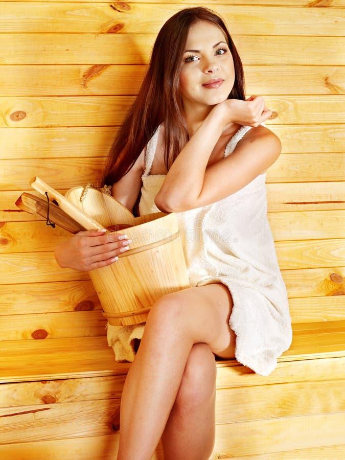 Muchacha en sauna. imagenes de archivo