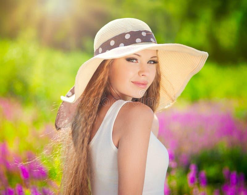 Muchacha en sombrero fotografía de archivo libre de regalías