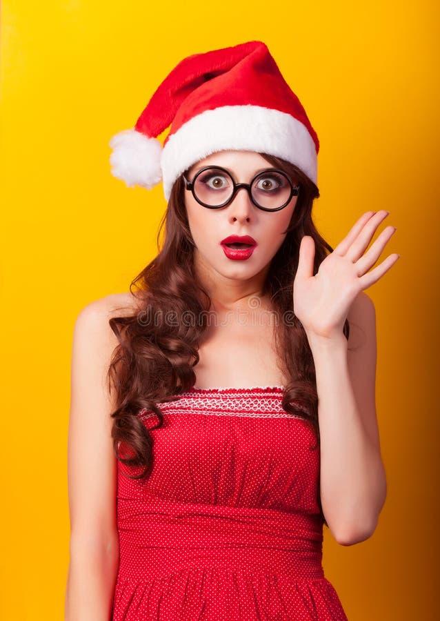 Muchacha en sombrero de la Navidad con los regalos imagen de archivo libre de regalías