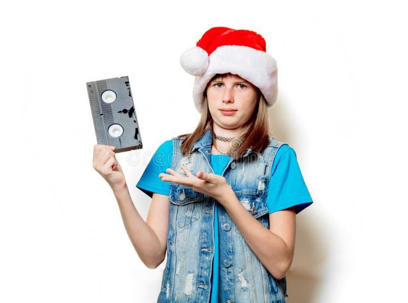Muchacha en sombrero de la Navidad con VHS imagenes de archivo