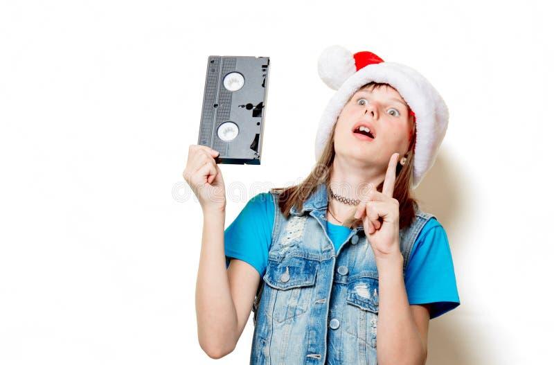 Muchacha en sombrero de la Navidad con VHS fotos de archivo