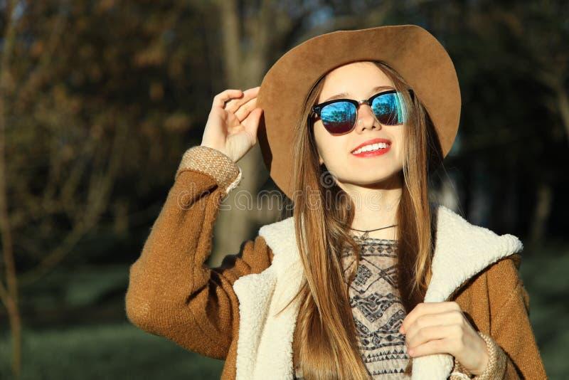 Muchacha en sombrero y gafas de sol marrones imagen de archivo