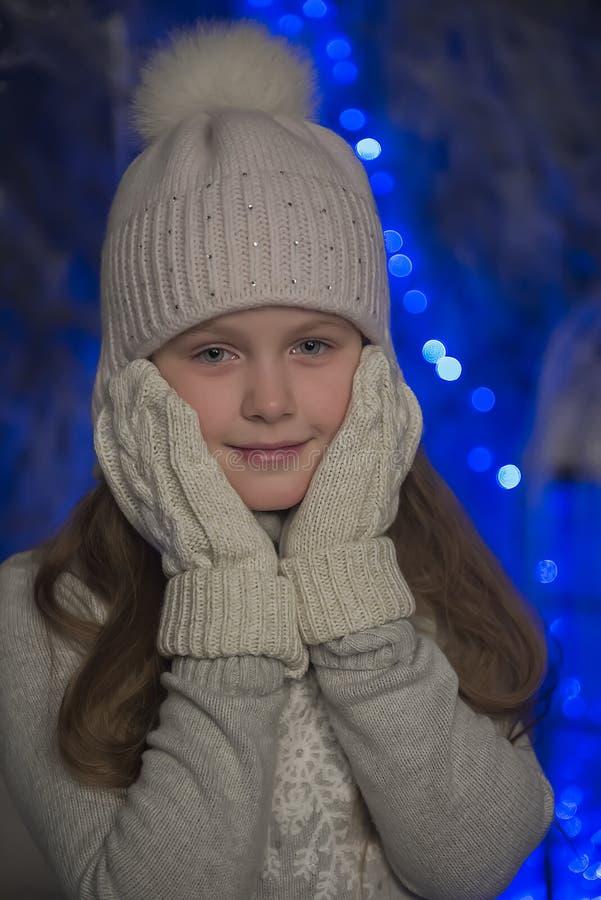 muchacha en sombrero y guantes del punto del gris foto de archivo libre de regalías