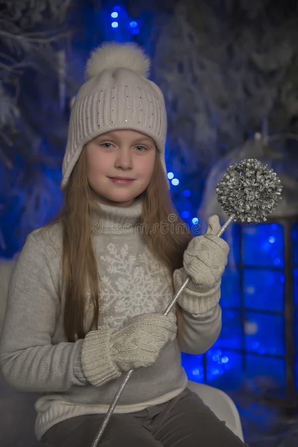 muchacha en sombrero y guantes del punto del gris fotos de archivo libres de regalías