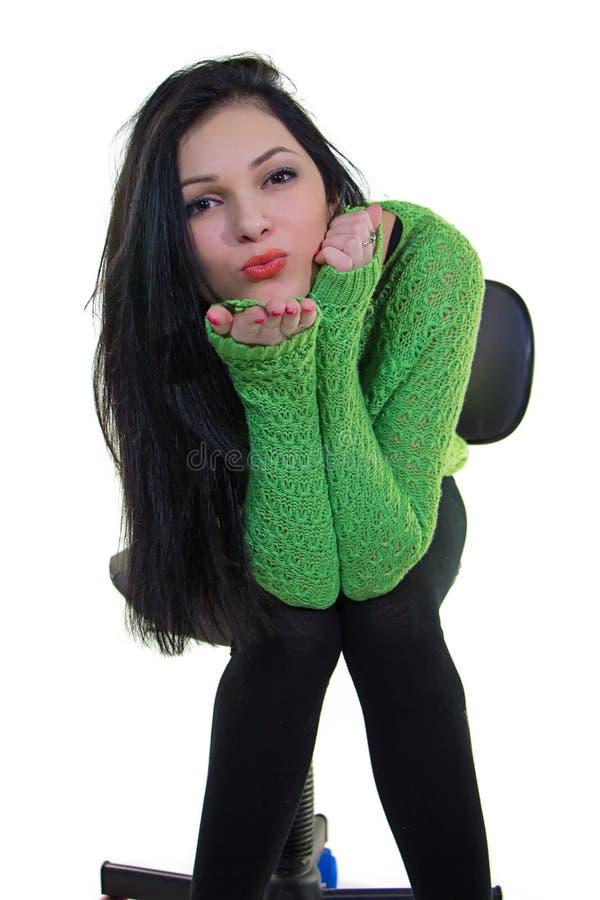 Muchacha en suéter verde fotos de archivo
