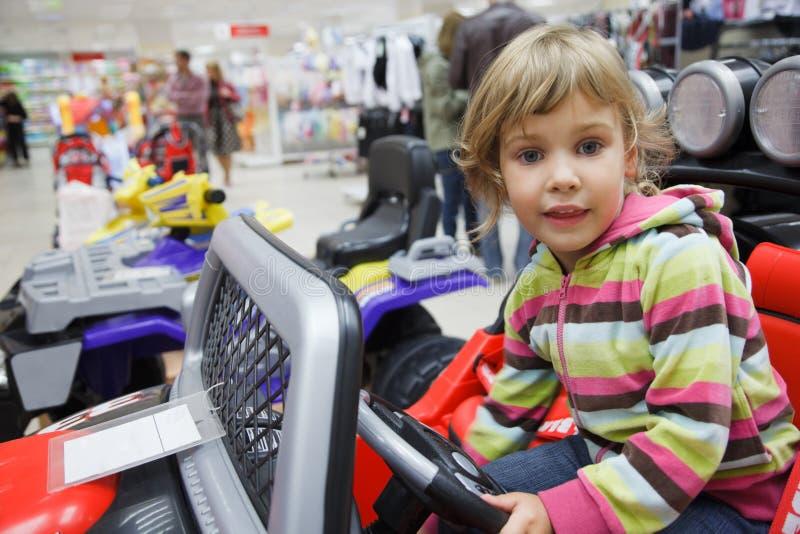 Muchacha en supermercado solamente en el departamento de juguetes fotos de archivo