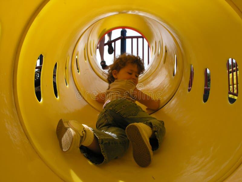 Muchacha en túnel del juego fotografía de archivo