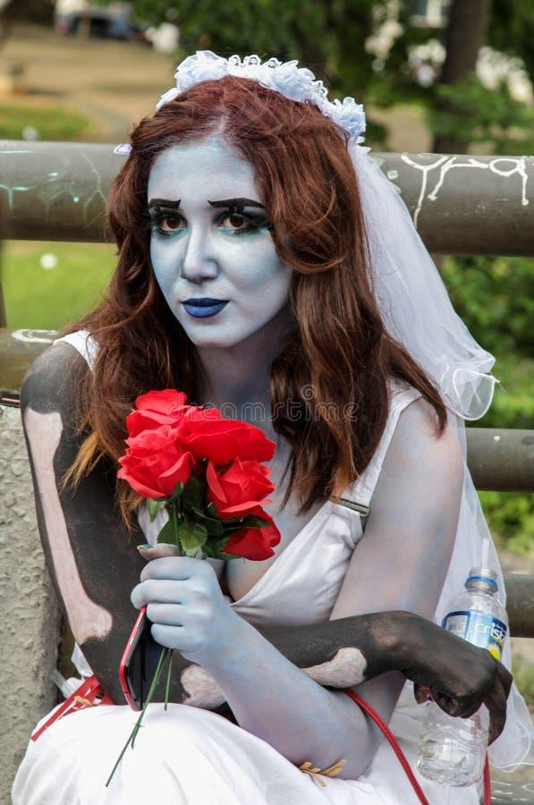 Muchacha en traje asustadizo de la novia en el paseo Sao Paulo del zombi foto de archivo libre de regalías
