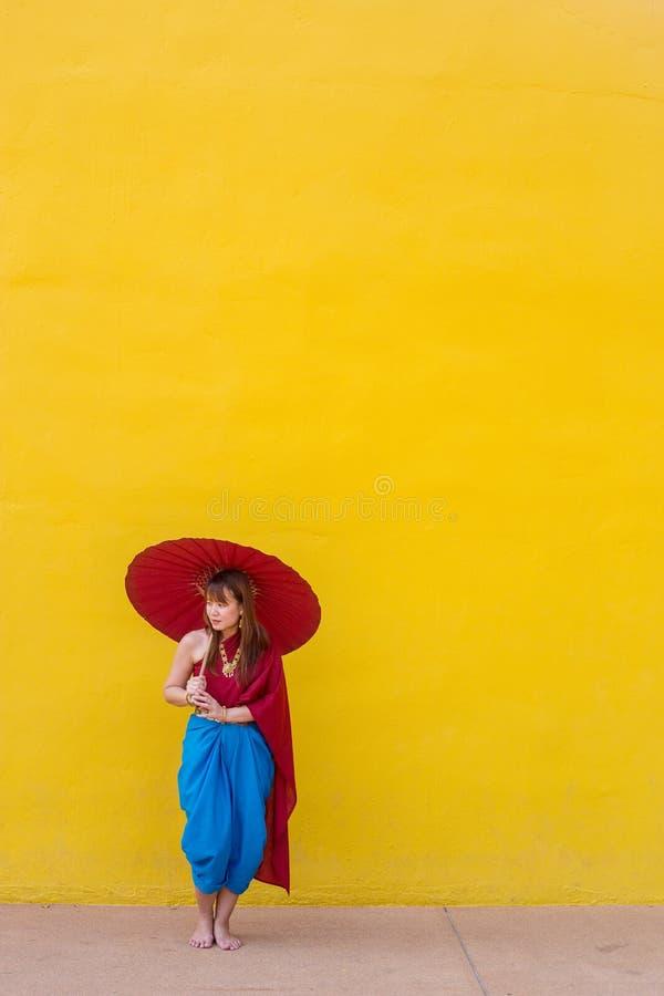 Muchacha en traje tailandés del vestido con el paraguas imagen de archivo