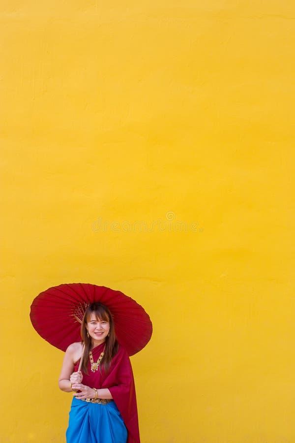 Muchacha en traje tailandés del vestido con el paraguas foto de archivo