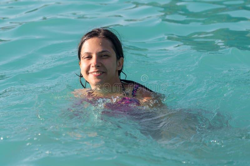 Muchacha en un bañador en el parque del agua imagenes de archivo