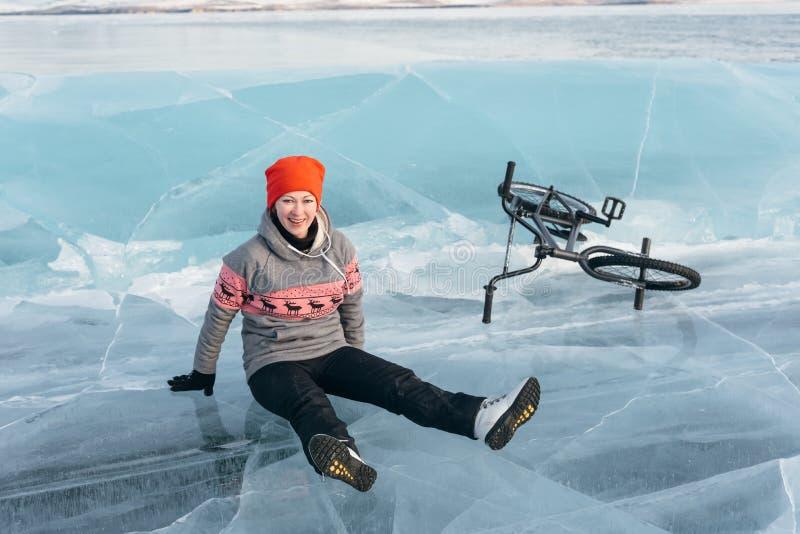 Muchacha en un bmx en el hielo foto de archivo