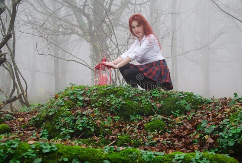Muchacha en un bosque de hadas foto de archivo libre de regalías
