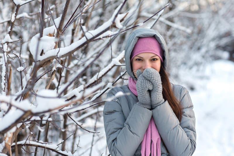 Muchacha en un bosque del invierno fotografía de archivo