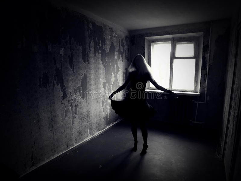 Muchacha en un cuarto espeluznante abandonado imágenes de archivo libres de regalías