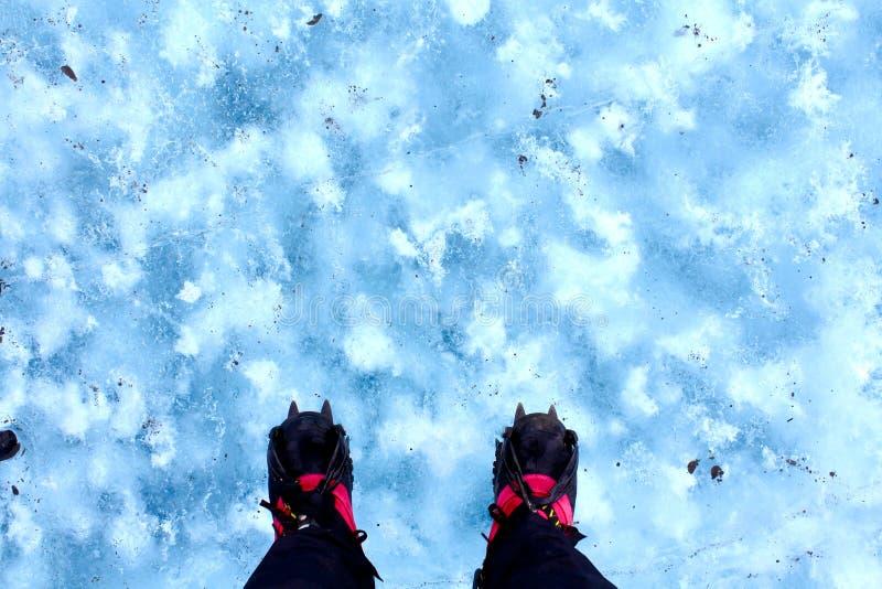 Muchacha en un glaciar imagenes de archivo