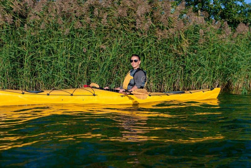 Muchacha en un kajak en el río fotos de archivo