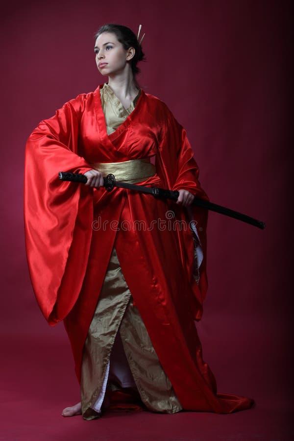 Muchacha en un kimono con un katana foto de archivo libre de regalías