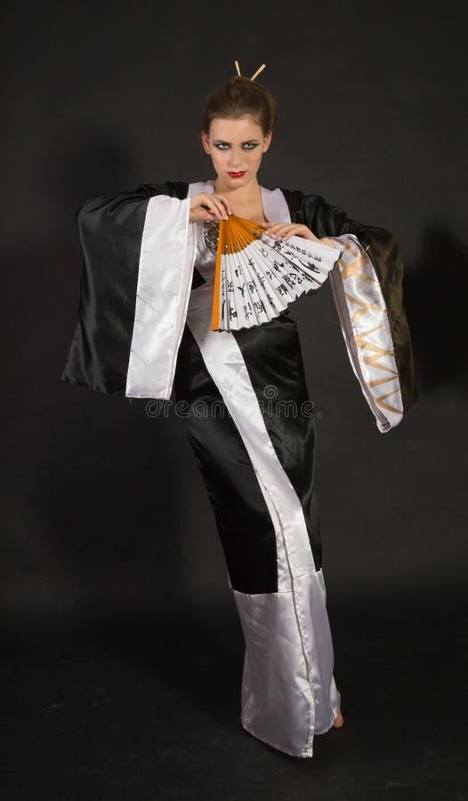Muchacha en un kimono con una diversión fotos de archivo libres de regalías