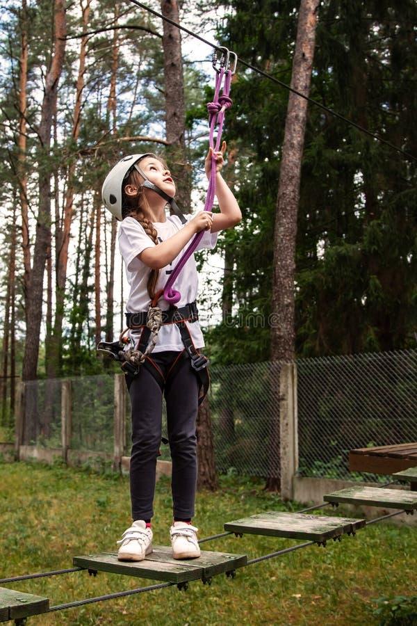 Muchacha en un obstáculo en una ciudad de la cuerda imagenes de archivo