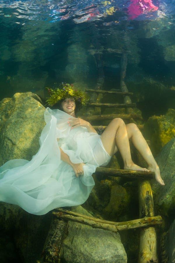 Muchacha en un río foto de archivo libre de regalías