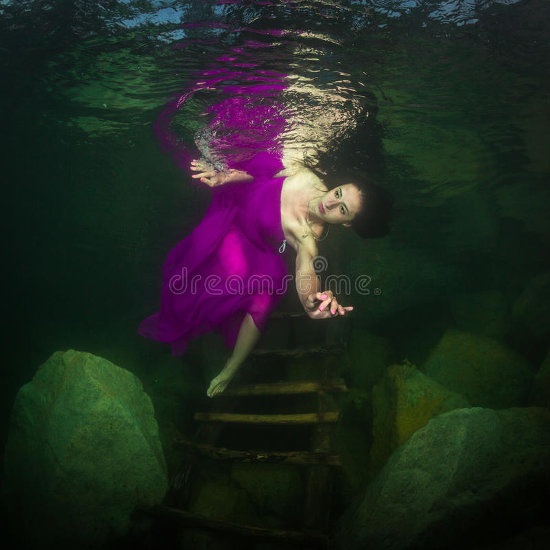 Muchacha en un río fotografía de archivo