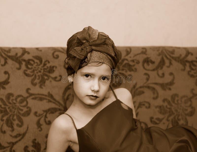 Muchacha en un sofá imagen de archivo