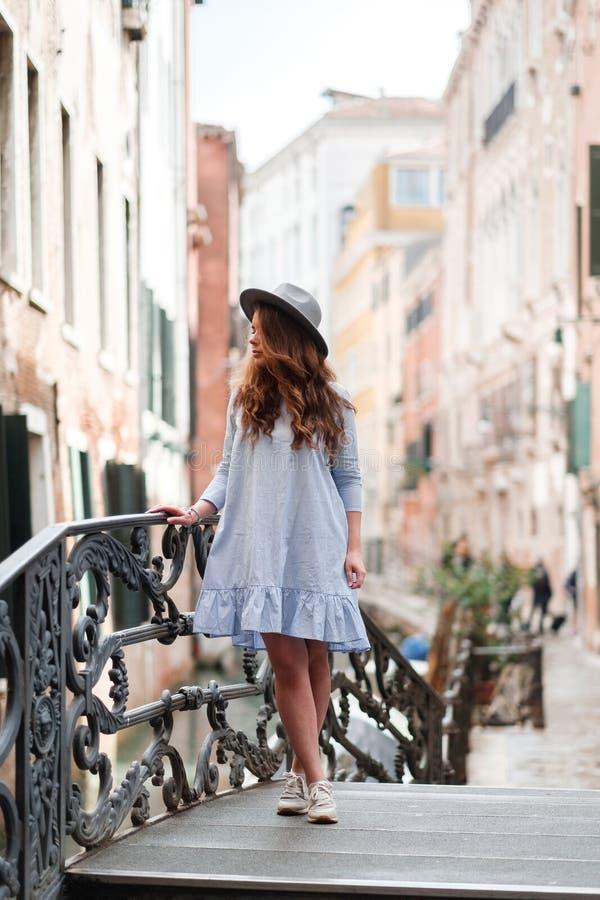 Muchacha en un sombrero y un vestido en Venecia imagen de archivo libre de regalías