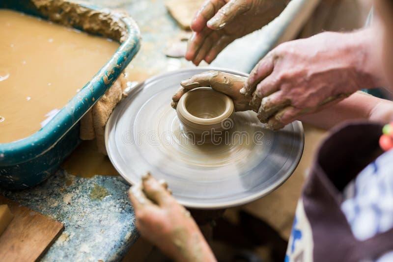 Muchacha en un taller de la cerámica foto de archivo libre de regalías