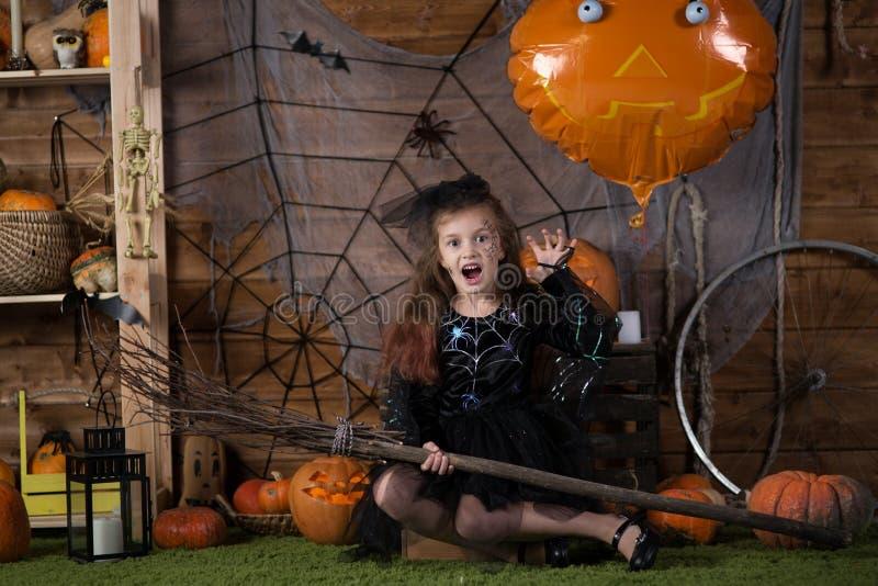 Muchacha en un traje de la bruja de Halloween imagenes de archivo