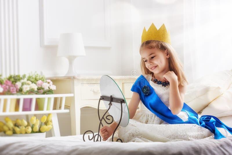 Muchacha en un traje de la princesa imagen de archivo
