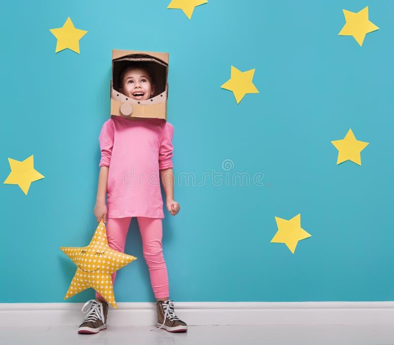 Muchacha en un traje del astronauta fotografía de archivo
