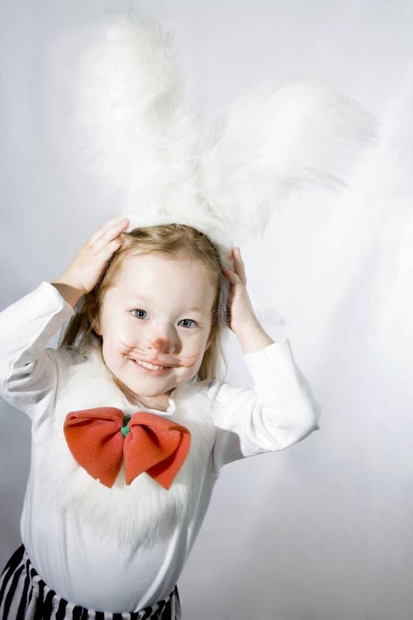 Muchacha en un traje suave blanco del conejito. fotografía de archivo libre de regalías