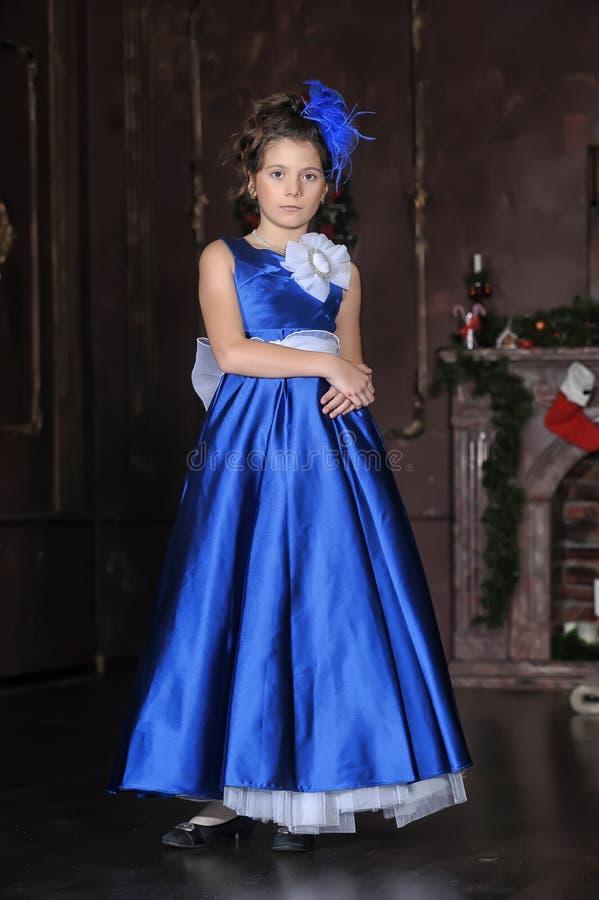 Muchacha en un vestido azul elegante imágenes de archivo libres de regalías