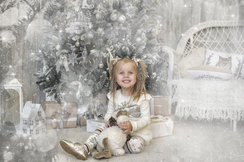 Muchacha en un vestido blanco en la Navidad fotos de archivo