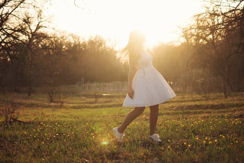 Muchacha en un vestido blanco en prado foto de archivo libre de regalías