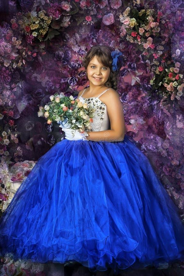 Muchacha en un vestido de bola azul y blanco elegante foto de archivo