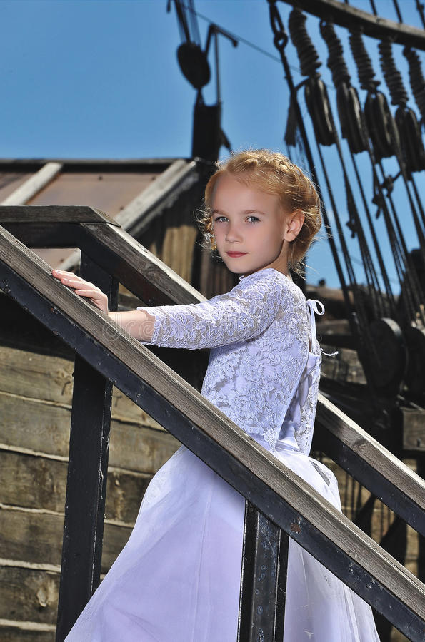 Muchacha en un vestido en una nave foto de archivo
