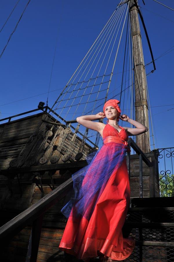 Muchacha en un vestido en una nave imágenes de archivo libres de regalías