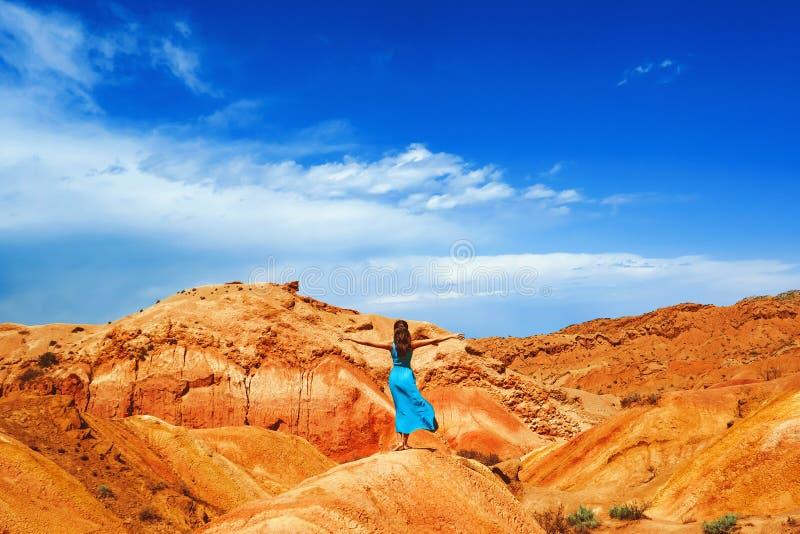 Muchacha en un vestido en las montañas foto de archivo