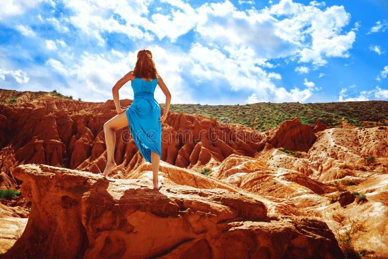 Muchacha en un vestido en las montañas fotos de archivo