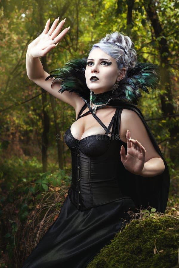 Muchacha en un vestido negro fotografía de archivo