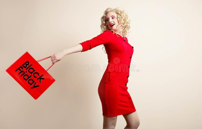 Muchacha en un vestido rojo fotos de archivo