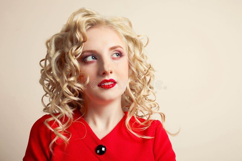 Muchacha en un vestido rojo imágenes de archivo libres de regalías