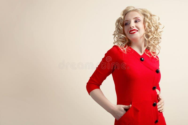 Muchacha en un vestido rojo foto de archivo libre de regalías