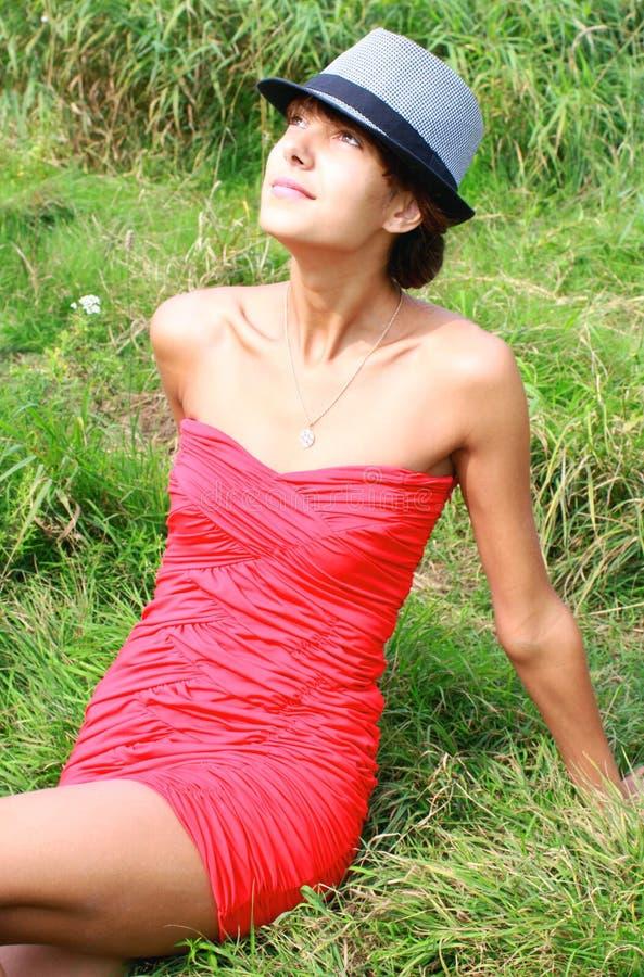 Muchacha en un vestido rojo foto de archivo