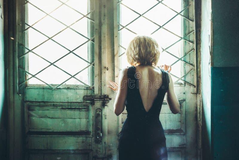 Muchacha en un vestido en una casa vieja fotos de archivo libres de regalías