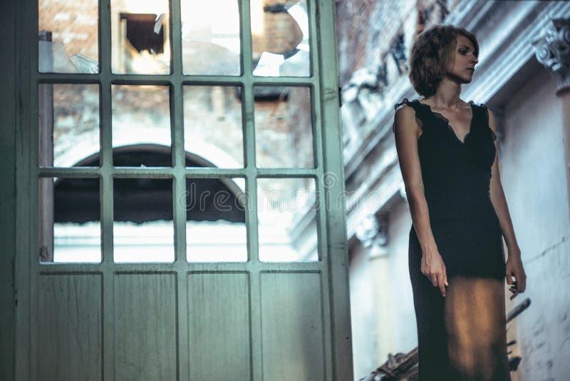 Muchacha en un vestido en una casa vieja imagen de archivo libre de regalías