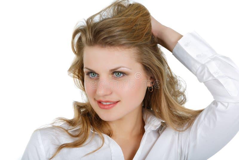 Muchacha en una camisa blanca que mira para arriba imagenes de archivo